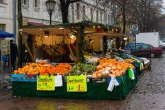 在街道新鲜的水果和蔬菜的销售在老镇波茨坦 免版税库存图片