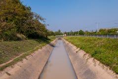 在街道旁边的公开灌溉 免版税库存照片