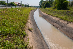 在街道旁边的公开灌溉 免版税图库摄影