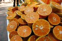 在街道旁边的橙色销售 免版税库存照片