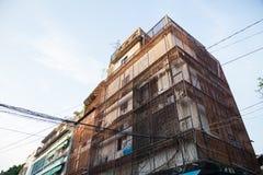 在街道旁边的老大厦 免版税库存图片