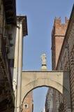 在街道曲拱的雕象  免版税图库摄影