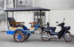 在街道柬埔寨上的传统出租汽车 库存照片