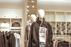 在街道样式衣裳穿戴的母时装模特在商店 免版税库存图片