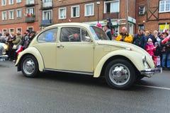 在街道游行的老大众甲壳虫 免版税库存照片