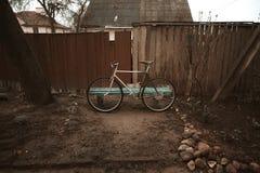 在街道照片的葡萄酒自行车 库存图片