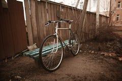 在街道照片的葡萄酒自行车 免版税库存照片