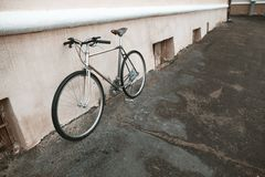 在街道照片的葡萄酒自行车 图库摄影