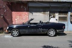 在街道的一辆被击毁的经典敞篷车汽车在伊斯坦布尔 库存图片