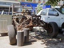 在街道的一辆被烧的生锈的被放弃的SUV车4x4 免版税库存图片