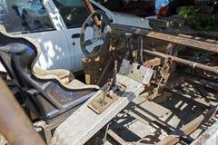 在街道的一辆被烧的生锈的被放弃的SUV车4x4 库存照片