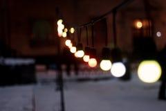 在街道的五颜六色的减速火箭的诗歌选电灯泡在欧洲城市a 免版税库存图片