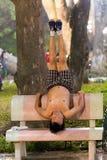 在街道的人实践的瑜伽 免版税库存照片