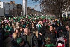 在街道的人群在爱尔兰高顶丝质礼帽和绿色衣裳在都伯林,爱尔兰在圣帕特里克` s天 库存照片