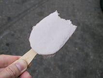 在街道的可口芋头冰淇凌 免版税图库摄影