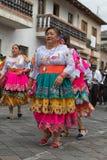 在街道的土产kichwa妇女跳舞 免版税图库摄影