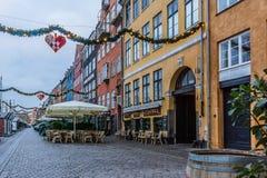 在街道的圣诞节诗歌选在Nyhavn 免版税库存图片