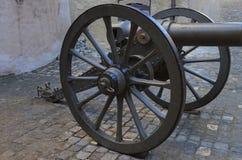 在街道的大炮在图恩城堡在瑞士 免版税库存照片