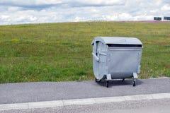 在街道的大金属垃圾箱 免版税库存照片