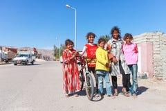 在街道的孩子 图库摄影