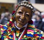 在街道的微笑的愉快的木面具游行 图库摄影