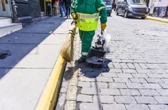 在街道的擦净剂清洗土地板 免版税库存图片