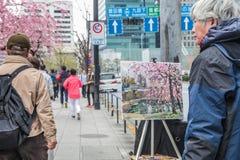 在街道的日本艺术家绘画樱花 画家生活方式在2017年3月31日的东京日本 免版税图库摄影