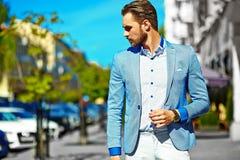 在街道的时髦的英俊的manl 图库摄影