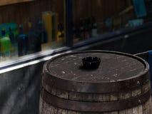 在街道的木威士忌酒桶在都伯林,爱尔兰 免版税库存照片