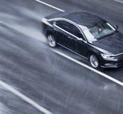 在街道的模糊的驾驶的汽车在pann的多雨春季 免版税库存照片