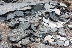 在街道的残破的沥青 库存图片