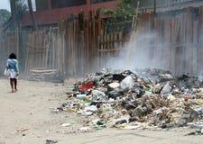 在街道的灼烧的垃圾 库存图片
