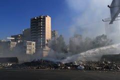 在街道的灼烧的垃圾 库存照片