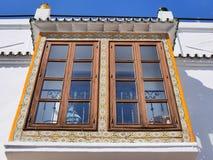 在街道的窗口在南部的西班牙地区的最美好的`白色`村庄的米哈斯一叫安达卢西亚 库存照片