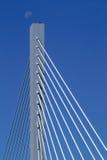 在街道的第25桥梁月亮 免版税库存图片