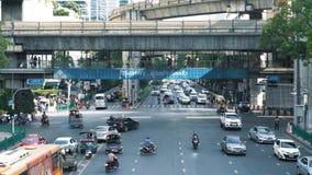 在街道的繁忙的交通有继续前进城市道路的许多汽车的 交叉路在商业区在下班时间 股票视频