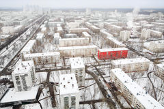 在街道的红色大厦在冬天的住宅区 库存图片
