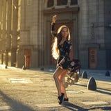 在街道的美好的妇女跳舞 库存照片