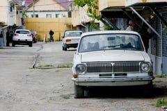 在街道的老伏尔加河汽车 免版税库存图片