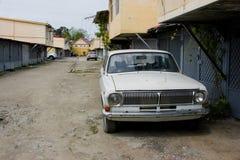 在街道的老伏尔加河汽车 免版税图库摄影