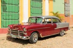 在街道的老古巴汽车 图库摄影