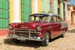 在街道的老古巴汽车 免版税图库摄影