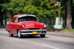 在街道的老古巴汽车 免版税库存照片