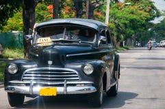 在街道的老古巴汽车 免版税库存图片