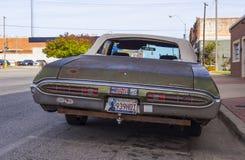 在街道的老生锈的邦纳维尔汽车俄克拉何马市-斯特劳德-俄克拉何马- 2017年10月24日 库存图片