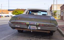 在街道的老生锈的邦纳维尔汽车俄克拉何马市-斯特劳德-俄克拉何马- 2017年10月24日 免版税库存照片