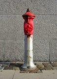 在街道的老红火消防栓 库存图片