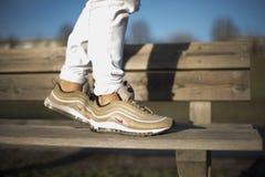 在街道的耐克空气最大97双金鞋子 库存图片