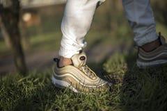 在街道的耐克空气最大97双金鞋子 库存照片