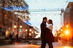 在街道的背景的年轻夫妇在灯笼的 图库摄影